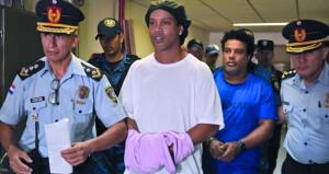 قاض في باراجواي يحدد موعدا لمحاكمة نجم كرة القدم البرازيلي رونالدينيو