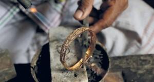 الذهب يتراجع 0.5%