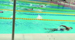 منتخبنا الوطني للسباحة يواصل تدريباته بمسبح المجمع الرياضي بالرستاق