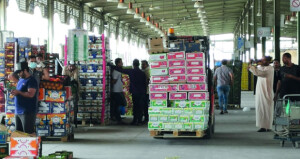 """رواد الأعمال العاملين بالسوق المركزي للخضروات والفواكه يطالبون بالحماية من منافسة """"الوافدة"""""""