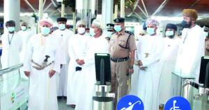 وزير الدولة ومحافظ ظفار يطلع على جاهزية مطار صلالة لاستئناف الحركة الجوية