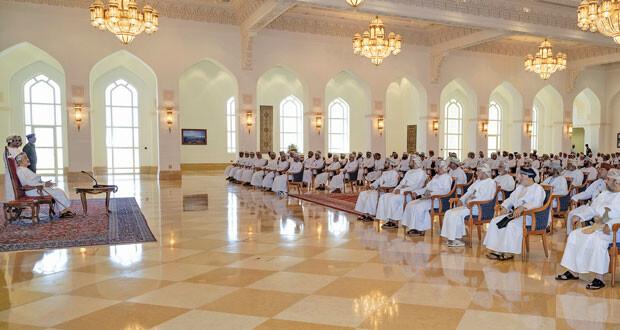 جلالة السلطان يلتقي عددا من شيوخ ولايات ظفار .. تعميقا للتواصل الدائم بين جلالته وأبناء الوطن