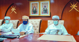 رئيس المحكمة العليا يطلع على سير العمل في مجمع محاكم السيب والكاتب بالعدل