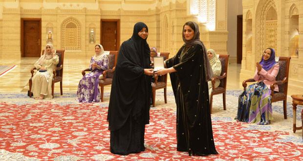 جلالة السلطان ينعم بوسام الإشادة السلطانية على عدد من الشخصيات النسائية العُمانية