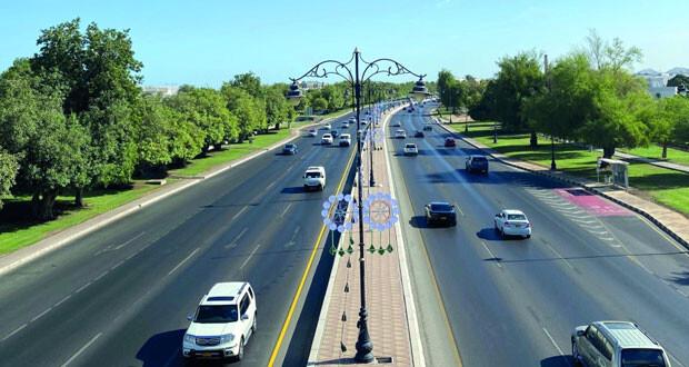 مشهد صباحي لشارع السلطان قابوس يظهر توشح مسقط بزينة العيد الوطني الـ50 المجيد