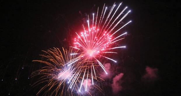 الألعاب النارية تضئ سماء العامرات والسيب احتفالا بالعيد الوطني المجيد