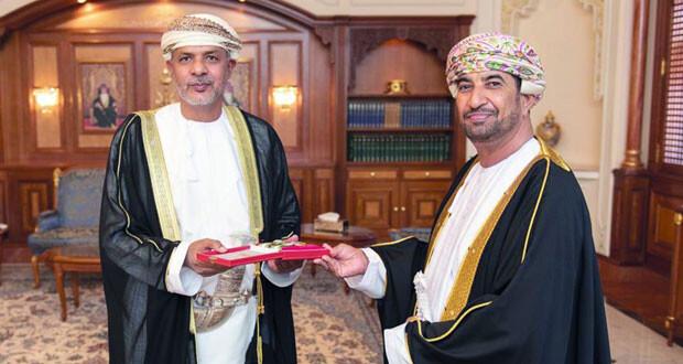 جلالة السلطان يمنح أوسمة الاستحقاق من الدرجة الأولى والتقدير للخدمة المدنية الجيدة لعدد من الشخصيات العمانية