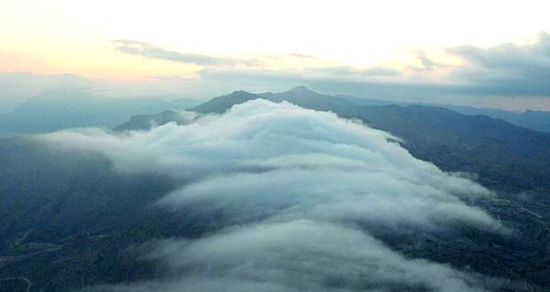 مشهد ساحر للسحب تعانق قمة الجبل الشرقي