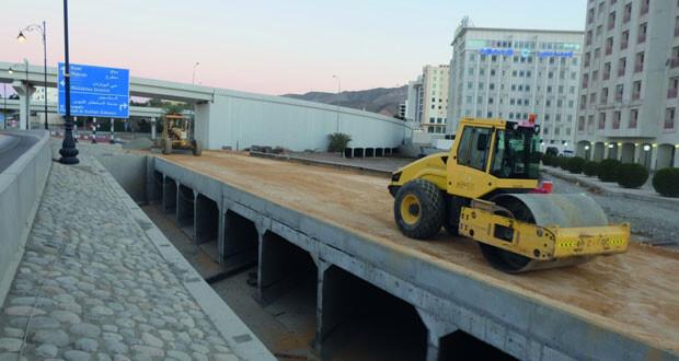 بلدية مسقط تنشئ قنوات لتصريف المياه السطحية بمنطقة الخوير