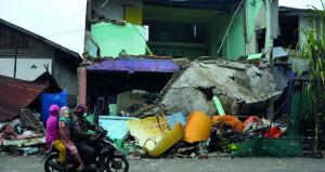 سلسلة من الكوارث بإندونيسيا وضحايا الزلزال يتجاوزون 70