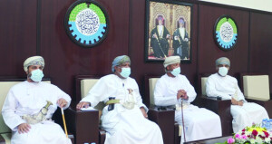 رئيس غرفة تجارة وصناعة عمان يلتقي بأصحاب الأعمال بمحافظة الداخلية