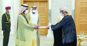 سفير السلطنة لدى دولة الإمارات يقدم أوراق اعتماده