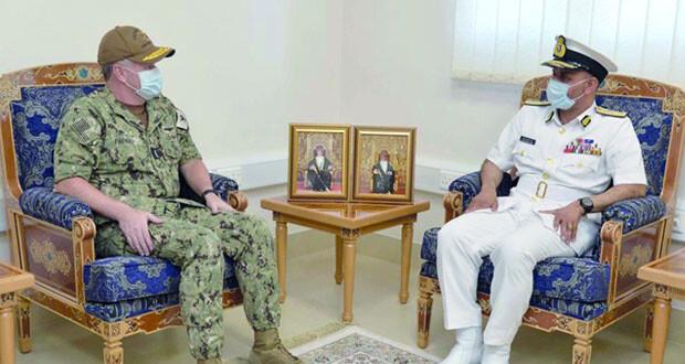 قائد البحرية السلطانية العمانية يستقبل قائد القوات البحرية الأميركية