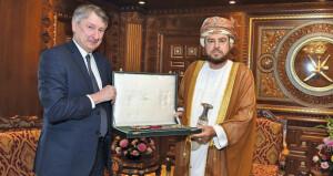 جلالة السلطان يمنح وسام التكريم لمدير عام «تنمية نفط عمان»