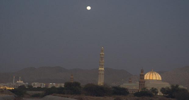 ازدانت سماء السلطنة أمس باكتمال قمر شهر شوال بدرا