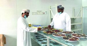 شقيقان يقيمان مصنعا للحلوى العمانية بعبري بعد العمل من المنزل