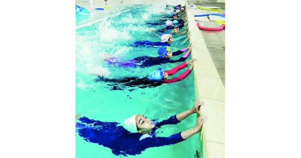 انطلاق دورة السباحة للأطفال بالمجمع الرياضي بنـزوى