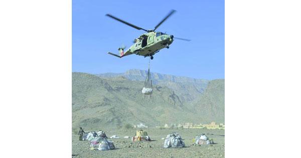 سلاح الجو السلطاني العُماني ينقل مواد استهلاكية لمنطقة جبلية