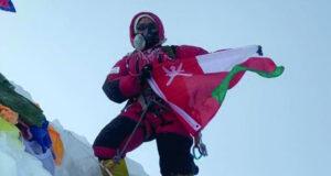 علم السلطنة على قمة جبل ماناسلو
