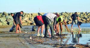 تواصل الحملات التطوعية الأهلية لتنظيف الشواطئ من مخلفات الأنواء المناخية
