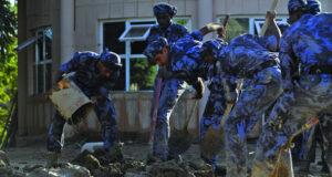 استمرار عمليات إزالة المخلفات من الأماكن العامة والطُرق بالمناطق المتضررة