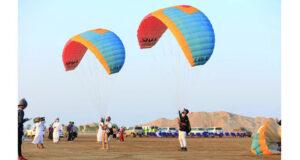 «حلق معنا».. عرض جوي واستعراض لأدوات الطيران الشراعي بمناسبة يوم الشباب العماني