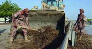 الجيش السلطاني العماني يقوم بإعادة تأهيل الطرق ويزود المواطنين والمقيمين بالمواد الغذائية