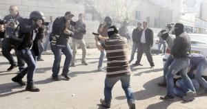 استمرار المواجهات حول (الأقصى) والاحتلال يصيب الفلسطينيين بالضفة وغزة