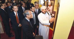 معرض الصور الضوئية بسنغافورة (عمان الجميلة) يواصل فعالياته