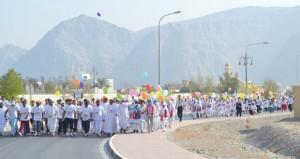 تنظيم يوم المشي العالمي بولاية خصب بمشاركة واسعة من أبناء الولاية