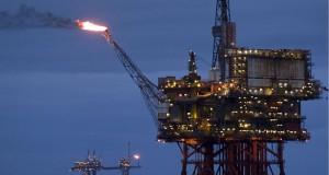 النفط ينهي تعاملات الأسبوع منخفضا 2%.. والذهب يتراجع 1.5% بعد أسبوعين من المكاسب