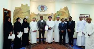 """بلدية مسقط تحصل على شهادة الاعتماد الدولية """"الأيزو 9001″ في القطاع المالي"""