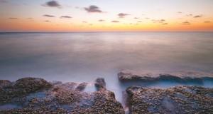موسى الرزيقي يتوغل بين أحضان الطبيعة موثقا تكوينات كثبانها الرملية وجماليات شواطئها
