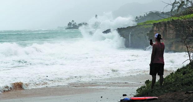 إعصار دوجلاس يضرب هاواي ..وتحذير من انهيارات أرضية