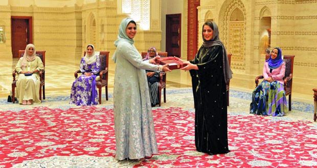 السيدة الجليلة تسلم الأوسمة خلال تفضلها برعاية الاحتفال بمناسبة يوم المرأة العمانية بقصر البركة العامر